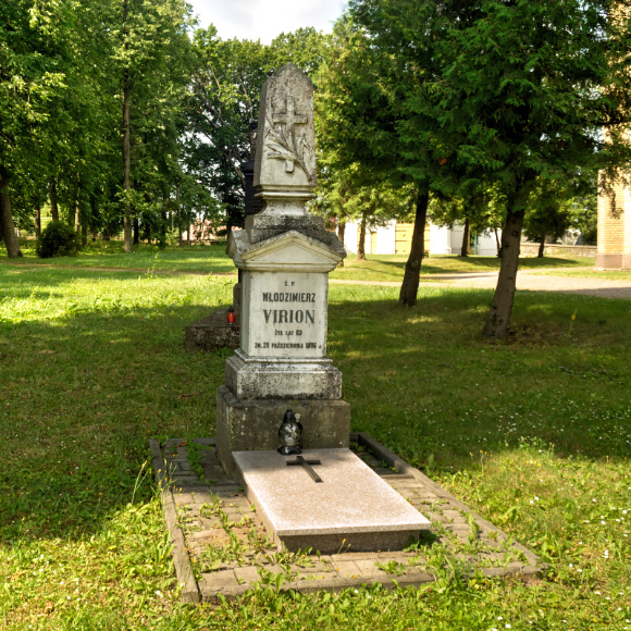 Grobowiec jednego z potomków rodziny de Virion przy kościele katolickim w Krynkach.