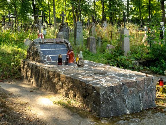 1a. Grób Nieznanego Żołnierza na cmentarzu katolickim.