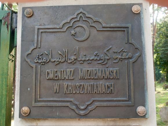 Tablica przy wejściu na teren mizaru w Kruszynianach.