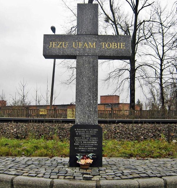 Krzyż – Pomnik upamiętniający miejsce tragedii wykolejenia pociągu towarowego Zubki B. - Białystok przy ul. Poleskiej w Białymstoku 9.03.1989 r. Fot. A. Kasperowicz, 2009 r.