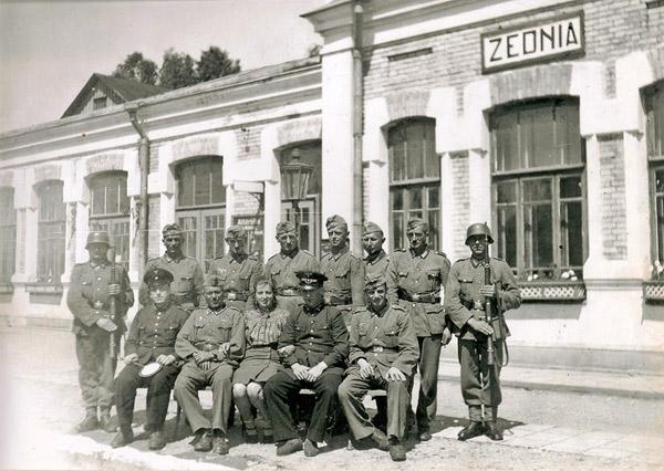 Dworzec carski w Żedni. Zdjęcie z czasów okupacji niemieckiej 1941 – 1944. Na zdjęciu zawiadowca stacji, bileterka, kolejarz i niemiecka ochrona dworca