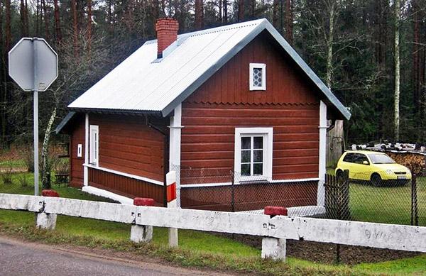 Carska koszarka za Żednią na przejeździe kolejowym Białystok – Zubki Białostockie na drodze wojewódzkiej Nr 686.  Fot. A. Kasperowicz, 2009 r.